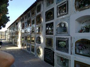 Auf dem Zentralfriedhof in Sucre: Hinter den Fenstern befinden sich Särge