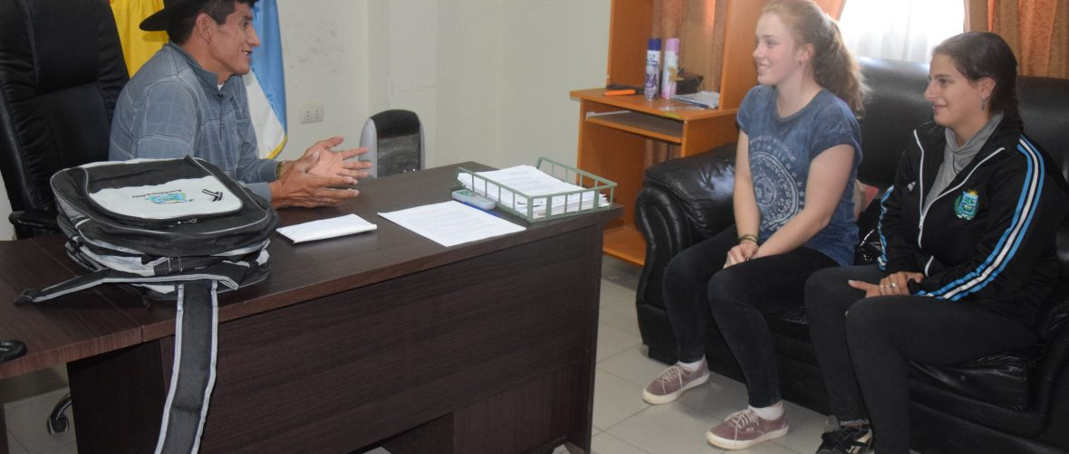 Bei der Übergabe des Geldes für die fertigen Projekte an den Bürgermeister Sopachuys